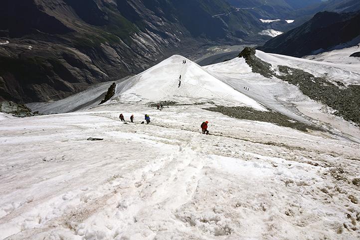 podejście pod główny masyw Großglockner, powyżej schroniska Erzherzog-Johann-Hutte