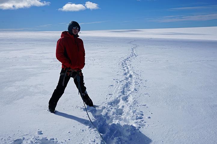 droga na Hvannadalshnúkur w tle przebyta droga (lodowiec)