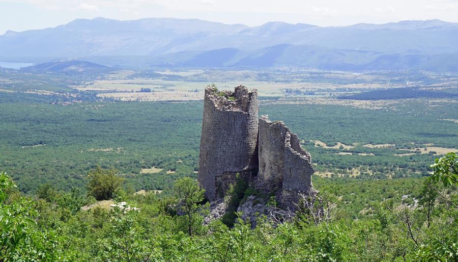 ruiny zamku z widokiem na Glavas i okolicę