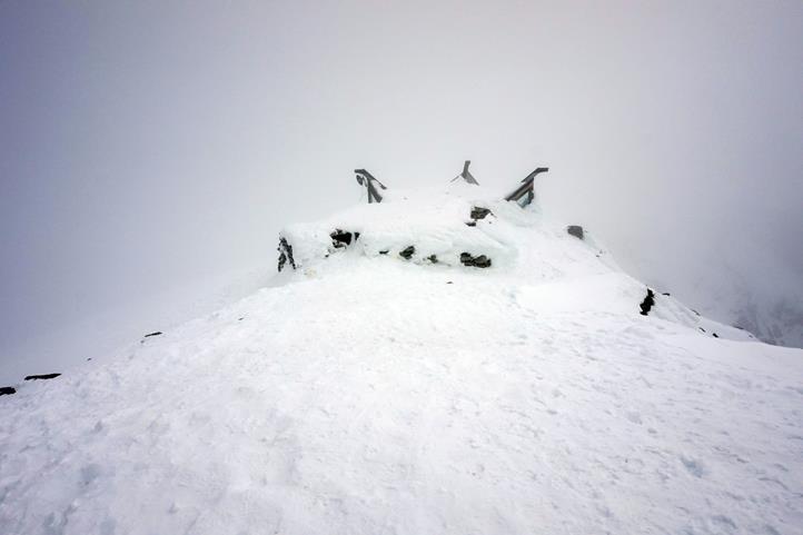 zasypane schronisko na szczycie Galdhøpiggen