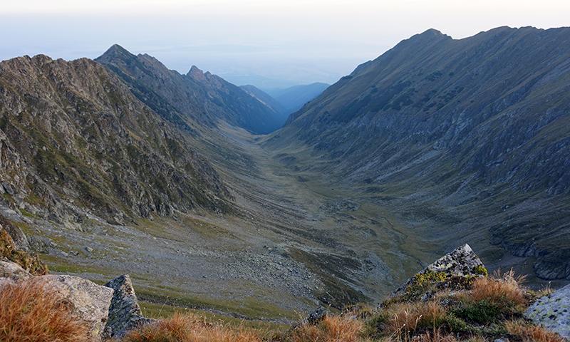 widok na dolinę między szczytami Ucea Mare (wysokość 2434 m n.p.m.), a Ucisoara (wysokość 2390 m n.p.m.)
