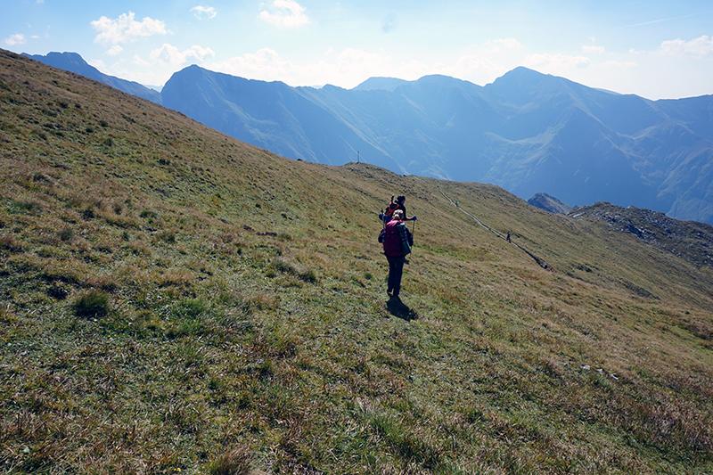 zejście z góry Vârful Vânătarea lui Buteanu w stronę czerwonego szlaku