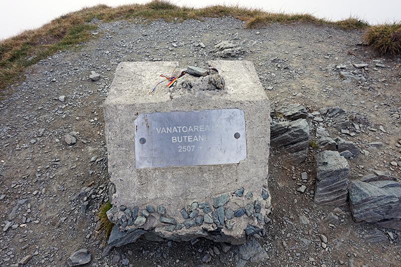 kamień informujący o szczycie Vanatoarea lui Buteanu (dziewiąty co do wysokości szczyt w Rumunii)