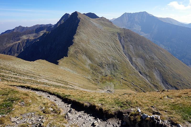 droga powrotna w tle najwyższy szczyt Rumunii - Moldoveanu