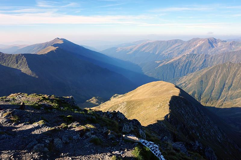 widok na zachodnią część Karpat ze szczytu Moldoveanu