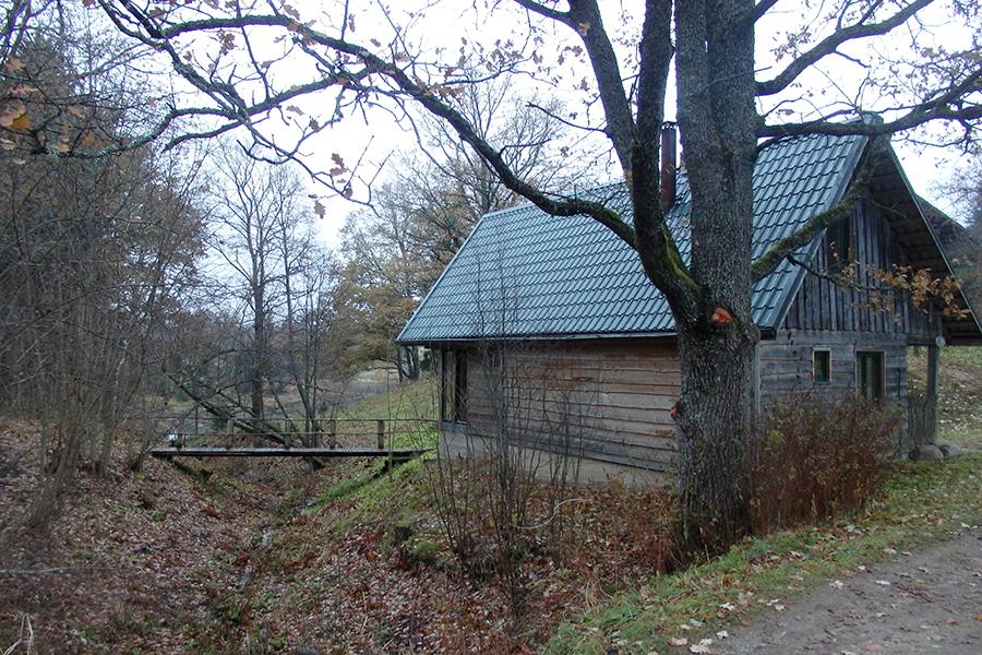 dom Petera - wjazd w złą drogę do wsi Piekūni
