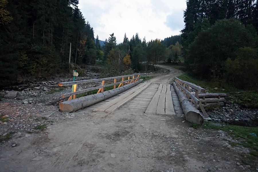 pierwszy most, po około 150 metrach skręcamy w prawo na żółty szlak