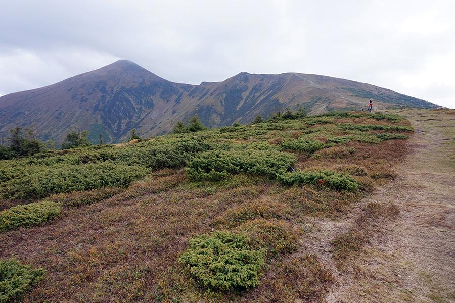 widok na Howerle z prawej szczyt pośredni