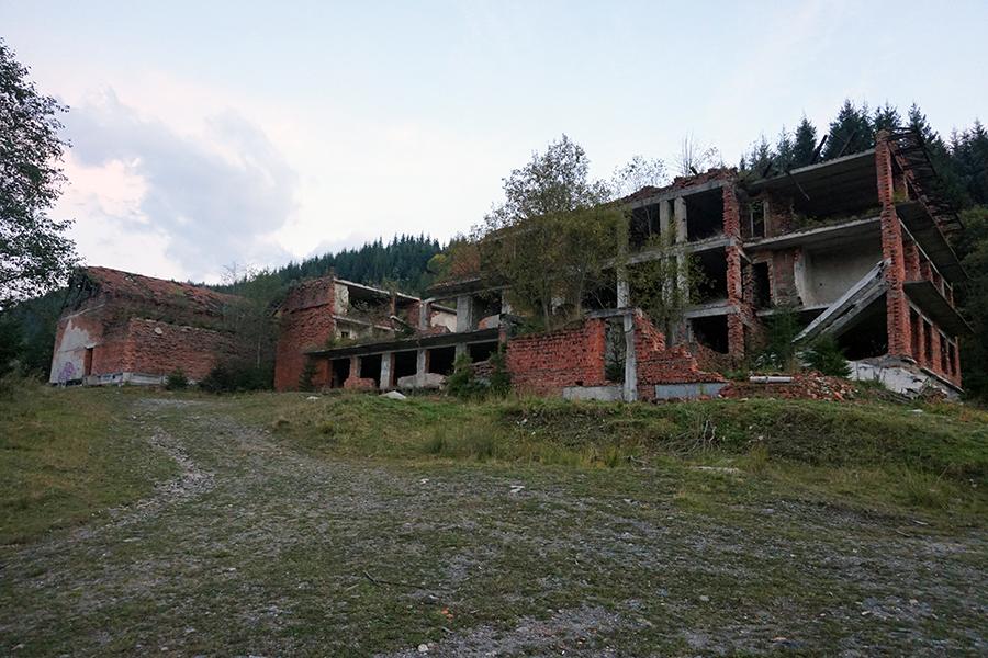 ruiny niedokończonego hotelu ?, mijamy po lewej stronie w drodze na szczyt