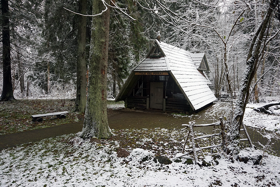 chata z pamiątkami, droga na najwyższy szczyt Estonii