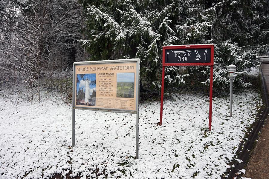 okraszona śniegiem Estonia, drogowskaz pod najwyższym szczytem Estonii