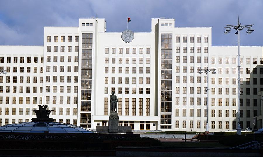 gmach Domu Rządowego Republiki Białorusi z pomnikiem Włodzimierza Lenina