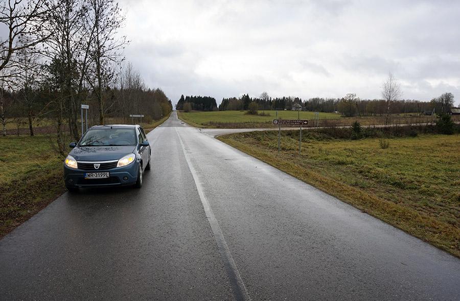wjazd na drogę gruntową z drogi numer 5213. Dojazdu do najwyższego szczytu Litwy – Wysokiej Góry, 294 metrów