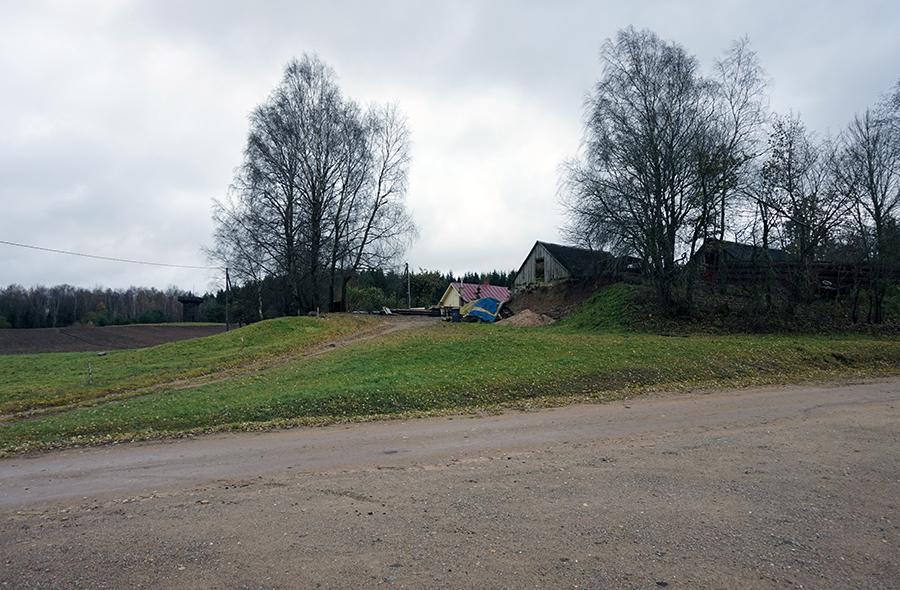 """widok z ostatniego parkingu. W tle najwyższy """"szczyt"""" Litwy"""
