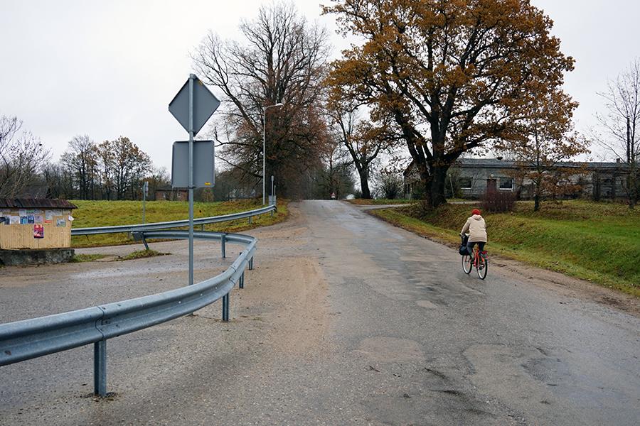 rozjazd w miasteczku Vestienas, po prawo droga na najwyższy Łotwy. Za około 300 metrów zaczyna się droga gruntowa