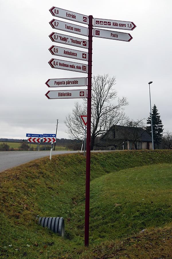 drogowskaz w miasteczku Vestienas w tle droga P81
