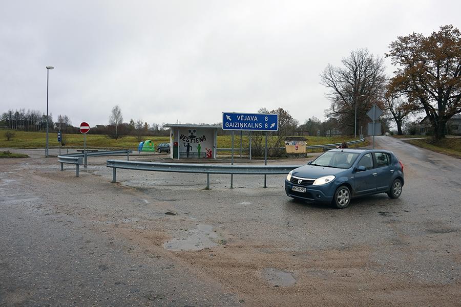 rozjazd w miasteczku Vestienas, po prawo droga na najwyższy szczyt Łotwy