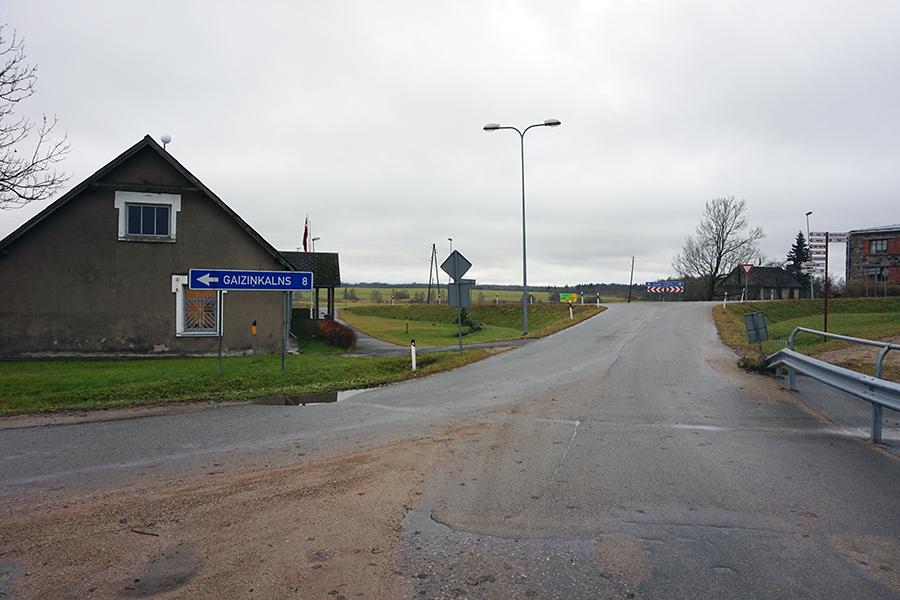 rozjazd w miasteczku Vestienas, skręt na najwyższy szczyt Łotwy w tle droga P81