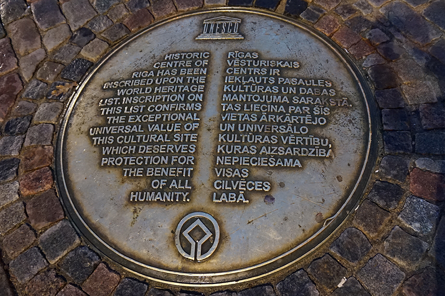 Ryga, tablica na rynku UNESCO