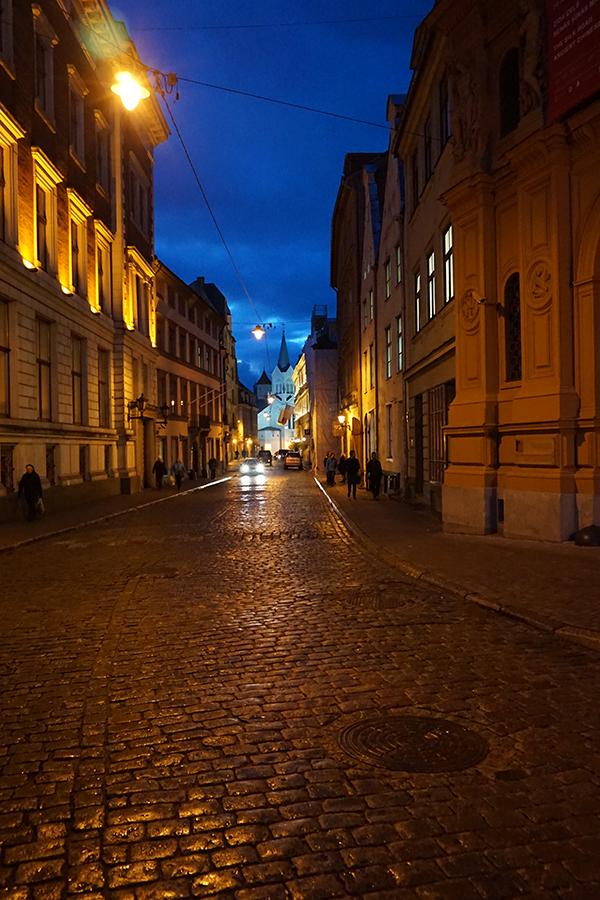 Stare Miasto, uliczki nocą w tle Kościół Matki Boskiej Bolesnej, Kościół Polski