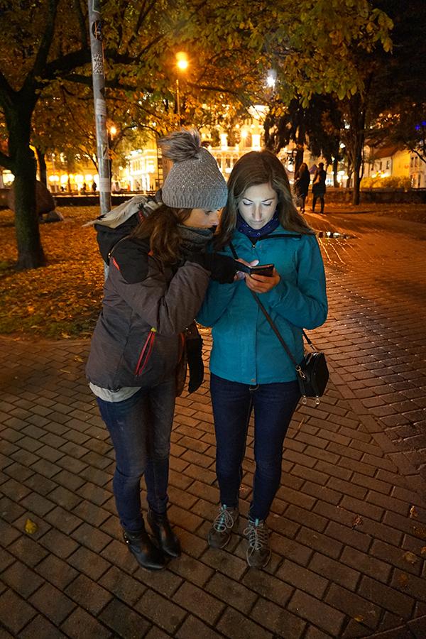 dziewczyny sprawdzają mapę Starego Miasta