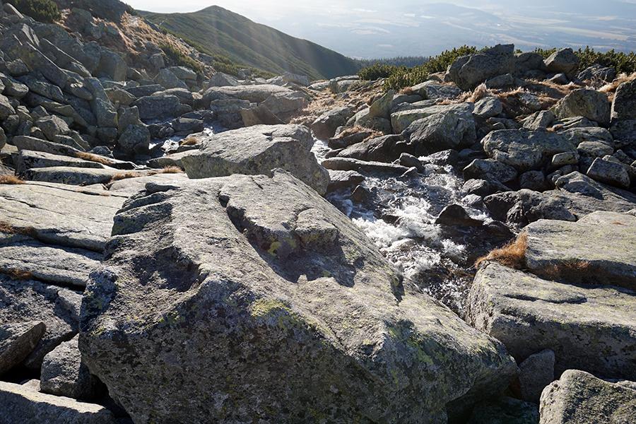 Batyżowiecki Staw (wysokość 1884 m n.p.m.), umykająca woda