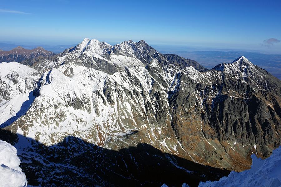 najwyższy szczyt Słowacji Gerlach 2655 m n.p.m. w tle widok na Staroleśny Szczyt (wysokość 2476 m n.p.m.)