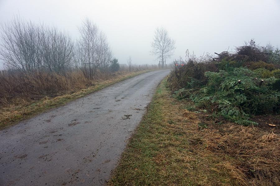 widok na drogę gruntową od strony ulicy D'Fenn oraz drogi numer 12