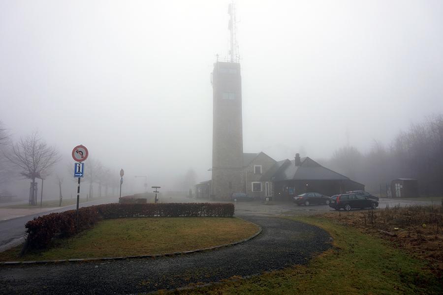 zamglona wieża przy najwyższym szczycie Belgii