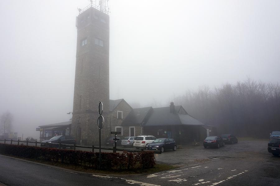 zamglona wieża przy szczycie Signal de Botrange