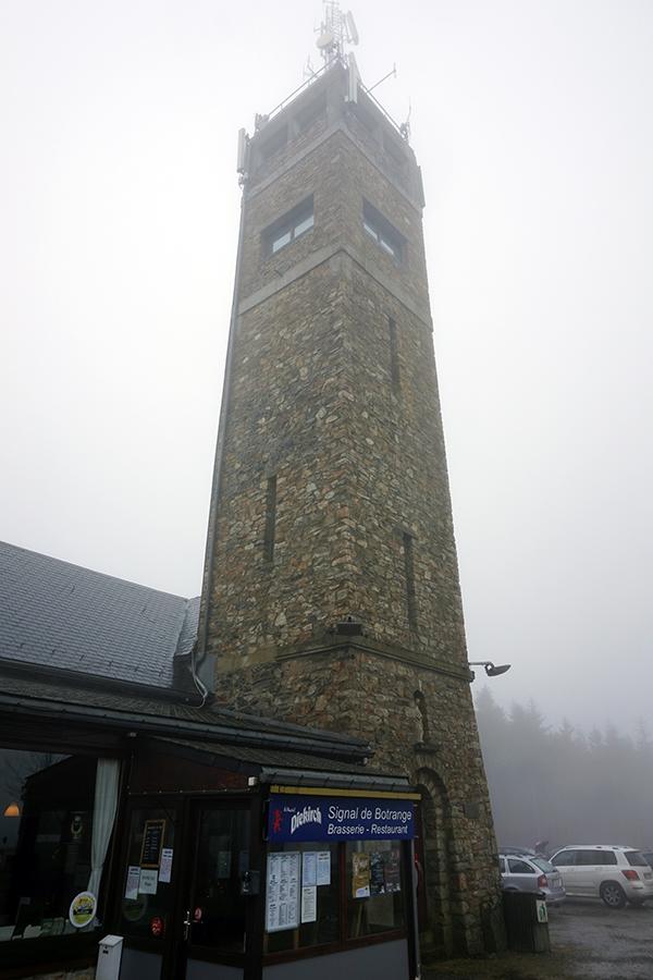 zamglona wieża obok najwyższego szczytu Belgii