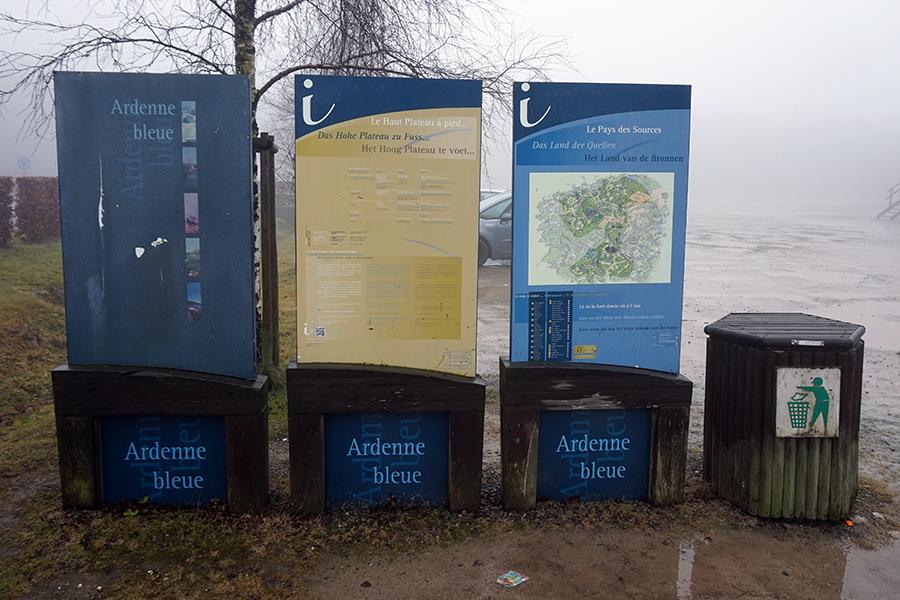 tablice informacyjne obok najwyższego szczytu Belgii