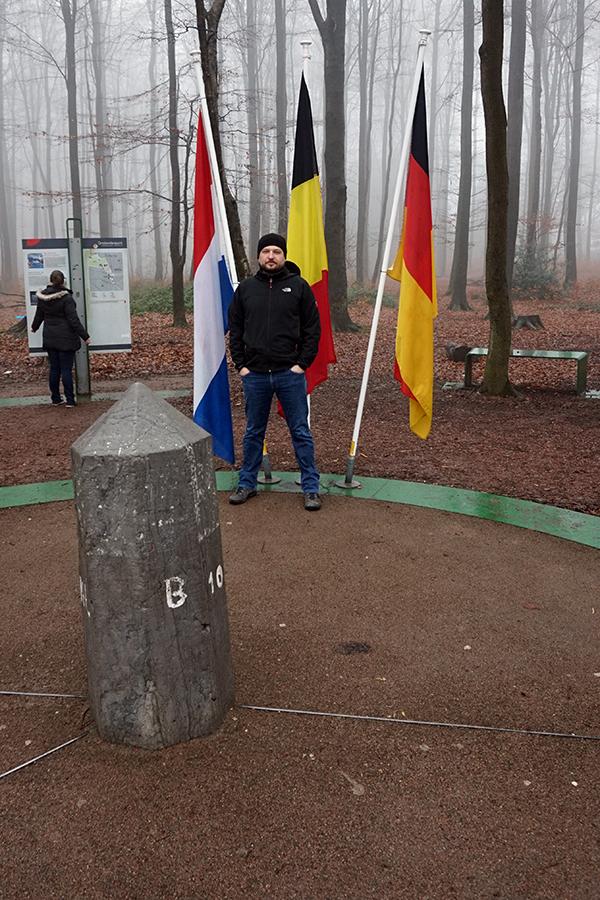 trójstyk granic - lewa strona Holandia, prawa strona Belgia, tył Niemcy