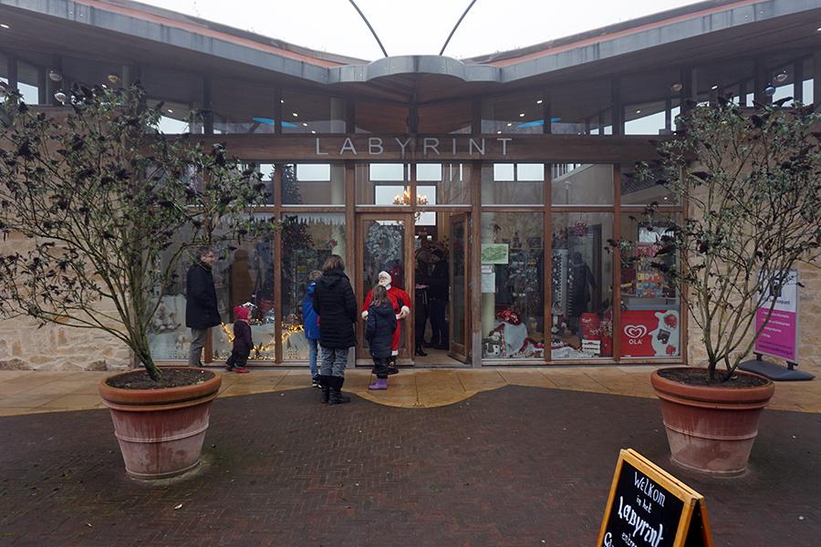 sklep z pamiątkami oraz wejście do labiryntu z żywopłotu