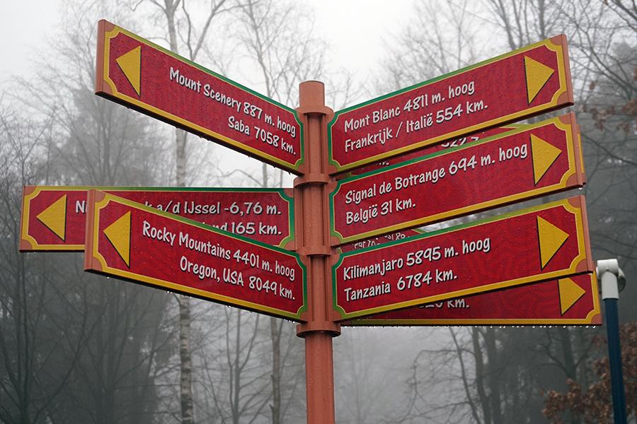 drogowskazy informujące o szczytach i ich odległościach