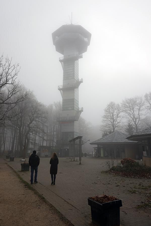 zamglona wieża widokowa od strony placu