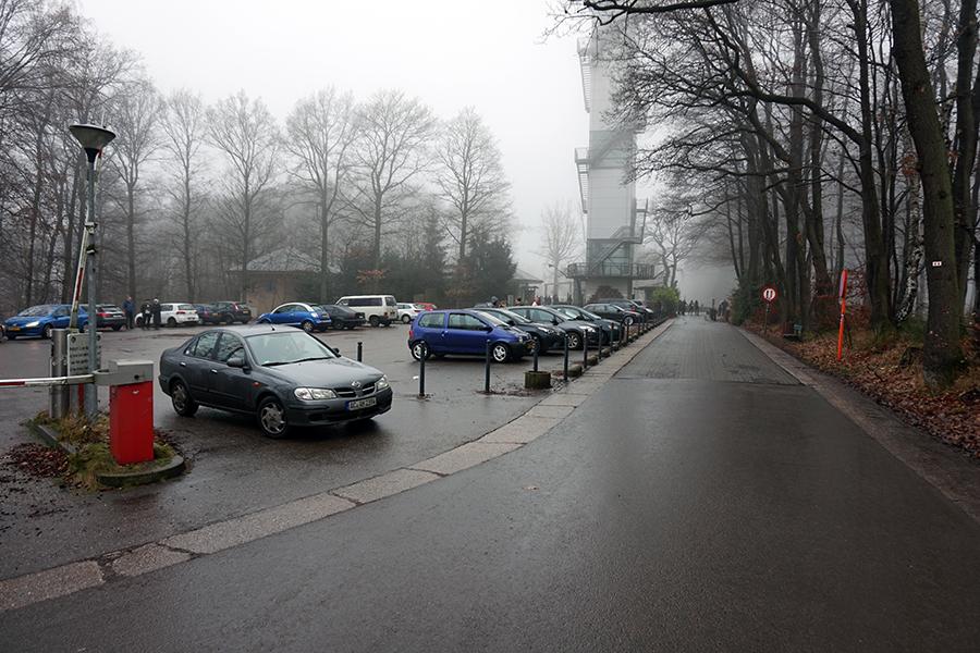 parking od strony belgijskiej. W tle zamglona wieża widokowa