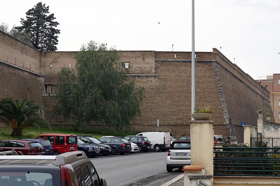Mury Watykańskie od strony lądowiska helikoptera.