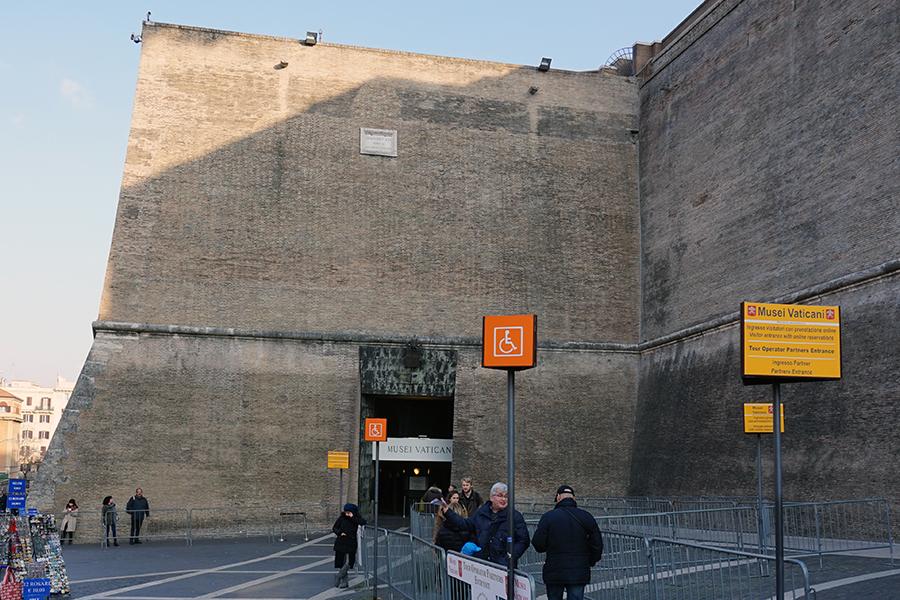 Wejście do Muzeum Watykańskiego (dzień).