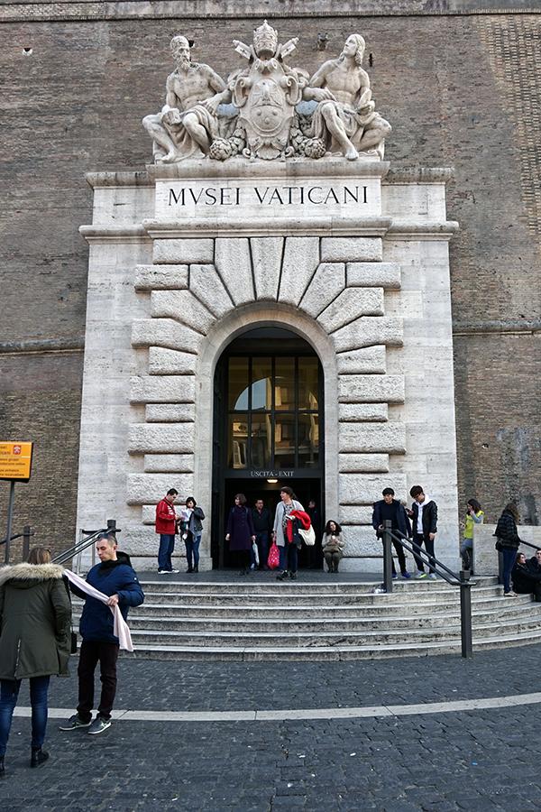 Wyjście z Muzeum Watykańskiego (dzień).