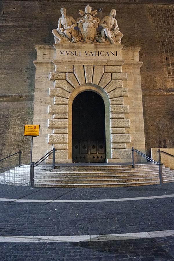Wyjście z Muzeum Watykańskiego (noc).