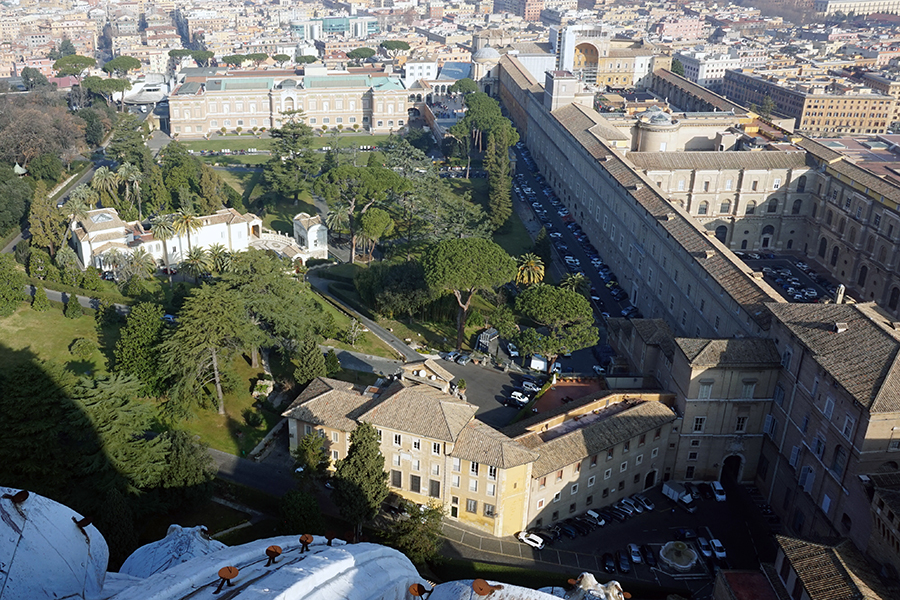 Panorama z kopuły Bazyliki Św. Piotra. Widok na Muzeum Watykańskie oraz Letnią rezydencję Piusa IV.