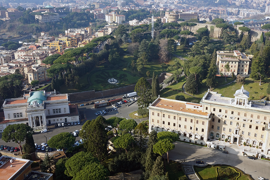 Panorama z kopuły Bazyliki Św. Piotra. Widok na Ogrody Watykańskie (najwyższy punkt Watykanu). Po lewej budynek dworca kolejowego.