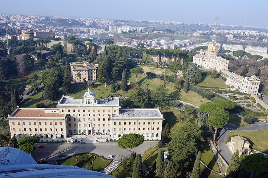 Panorama z kopuły Bazyliki Św. Piotra. Widok na Pałac Gubernatora, Radio Watykańskie, Kolegium Etiopskie.