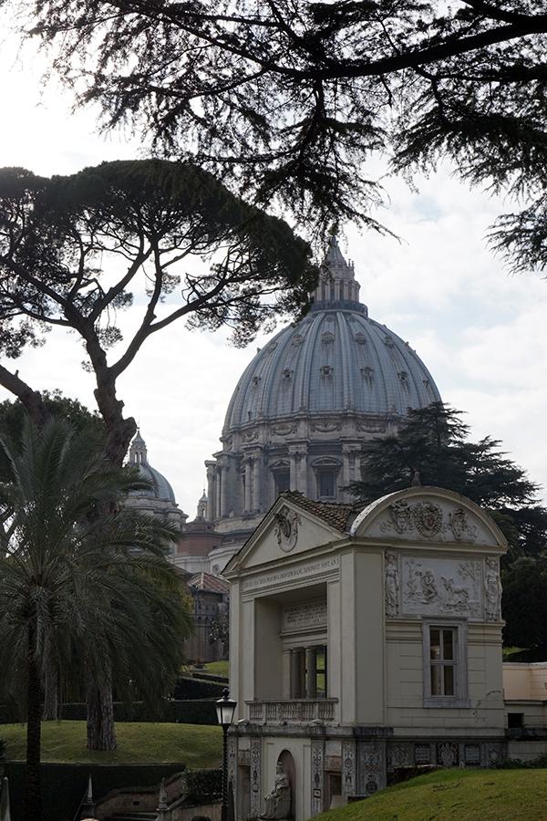 Casina Pio IV, mieszczańska willa z XVI wieku. Letnia rezydencja Piusa IV. W tle Bazylika Św. Piotra.