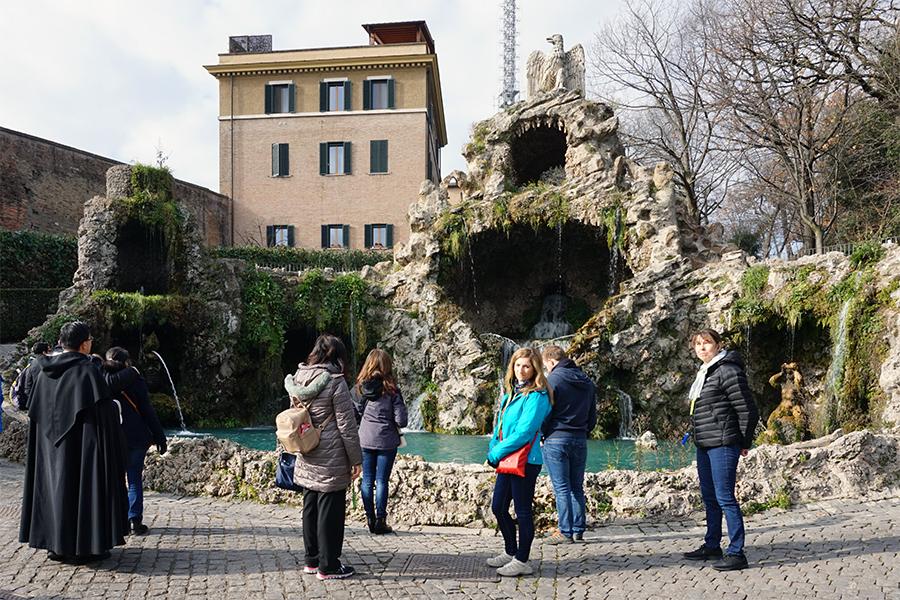 Fountain of the Eagle. W tle klasztor Mater Ecclesiae, rezydencja emerytowanego papieża Benedykta XVI.