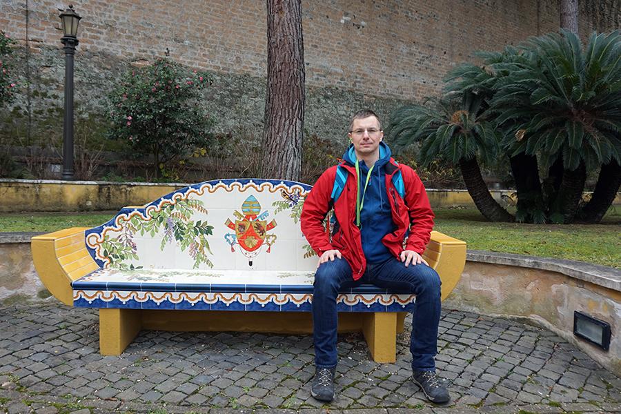 Ogrody Watykańskie. Ławka z ceramiki.