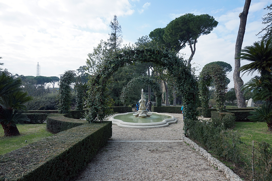 Ogrody Watykańskie. Fontanna w ogrodzie różanym.
