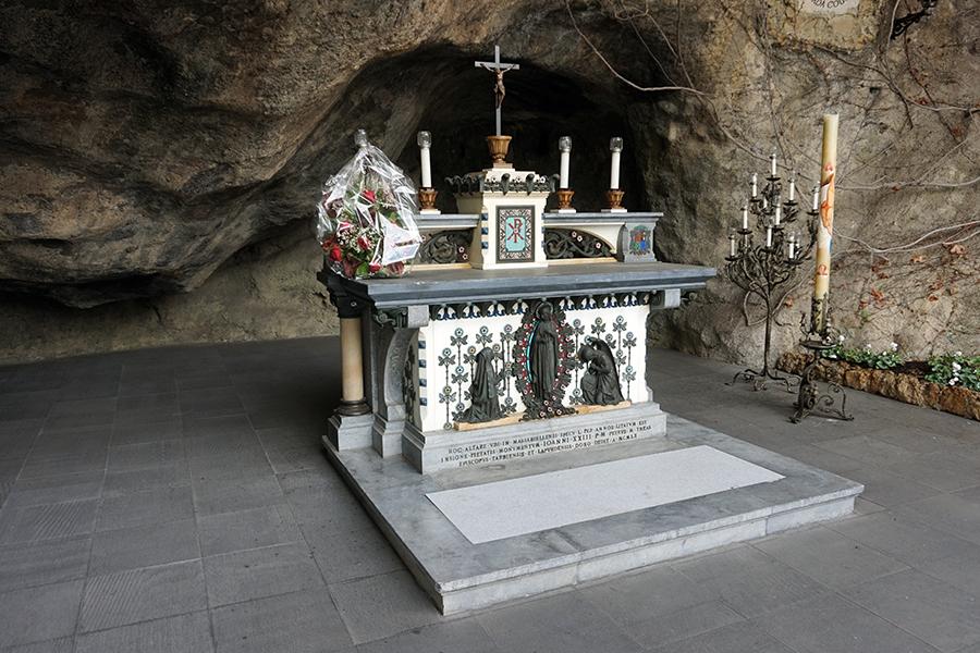 Replika groty Lourdes.