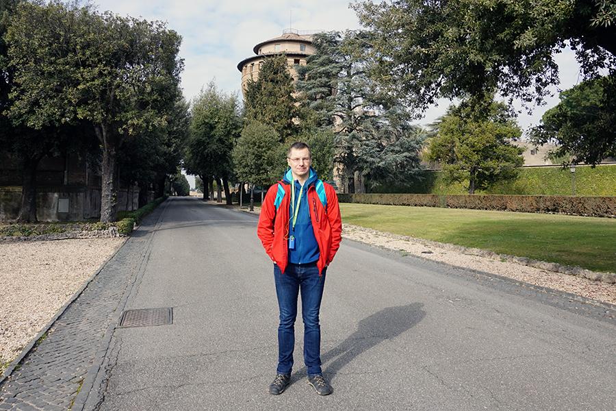 Najwyższy punkt Watykanu. 75 m n.p.m. W tle wieża Św. Jana.